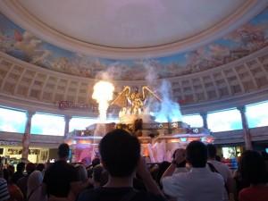 動く像のショーと炎