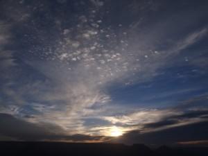 日の出の曇り空