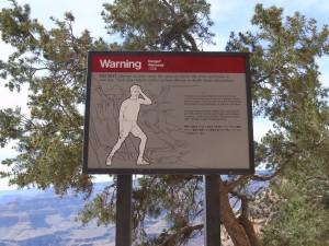 警告する看板